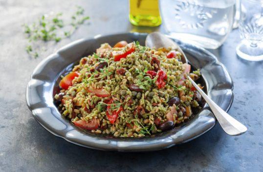 Matig medelhavsallad med ris av baljväxter