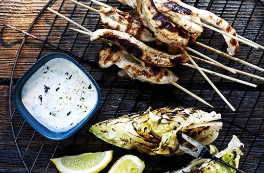 Salvia och citronrimmat kycklingbröst med spetskål och yoghurt