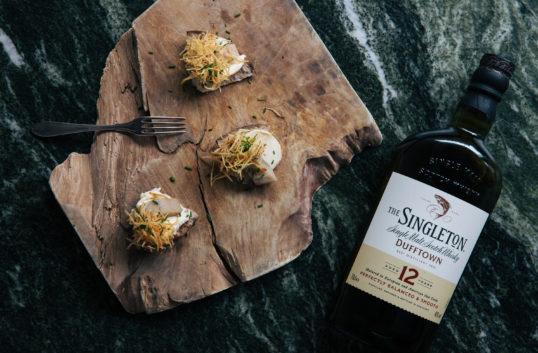 Whiskysill med lättrökt smetana och shoestring fries