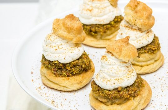 Petit choux semlor med pistage, vaniljgrädde & kanel- och kardemummasocker