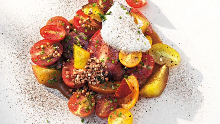 Ljumma tomater med plommon och kryddpeppargrädde