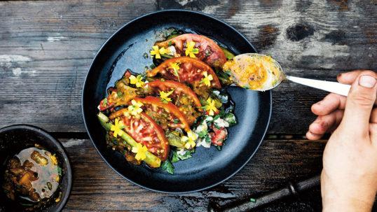 Ceviche på gös med råa tomater och salsa på grillade tomater
