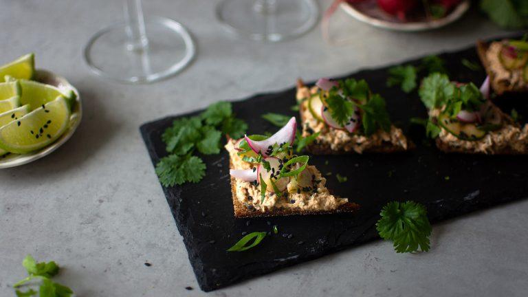 Asiatisk tonfiskröra på rågbröd med chilipicklad gurka