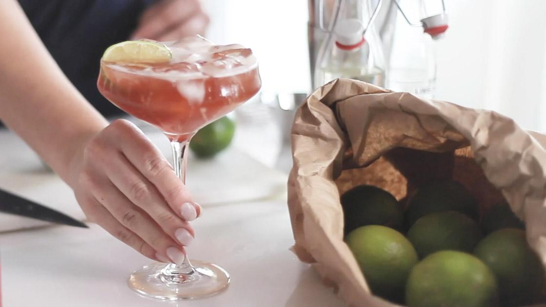 Syrlig, sofistikerad och smakfull. Imponera på vännerna med en Cosmo Cold Brew!