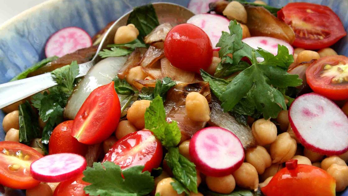 Sallad med kikärtor, körsbärstomater och karamelliserad lök