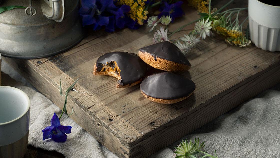 Kola- och chokladbiskvi med smörkräm med toner av konjak