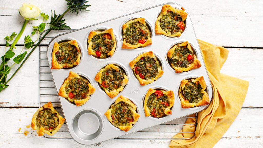 Minipajer med örtpesto och grönsaker