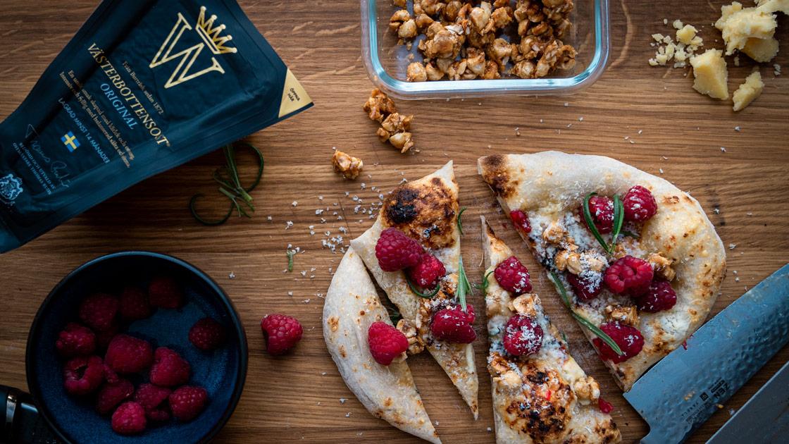 Dessertpizza med vit choklad, hallon, kanderade nötter och rosmarin