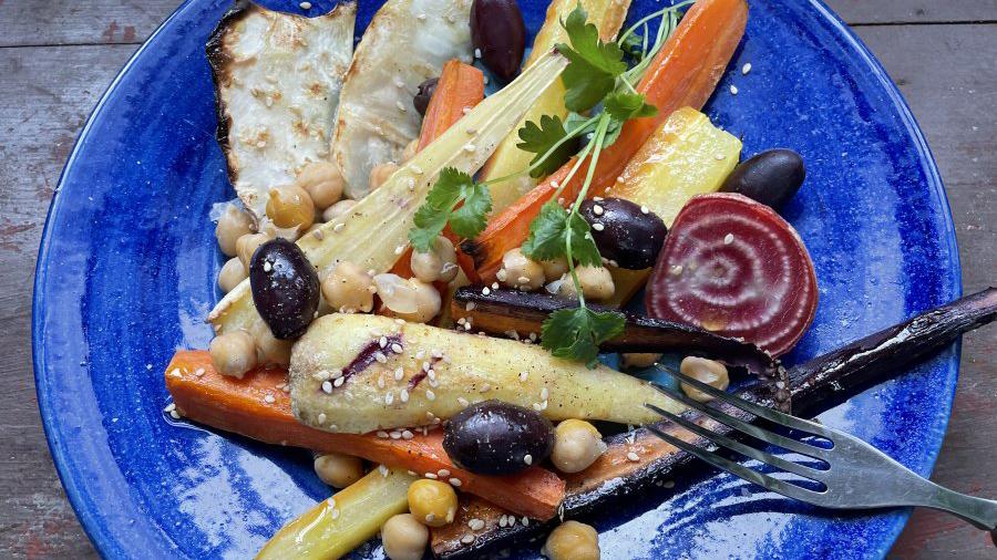 Ugnsrostade rotfrukter med tahini och lax