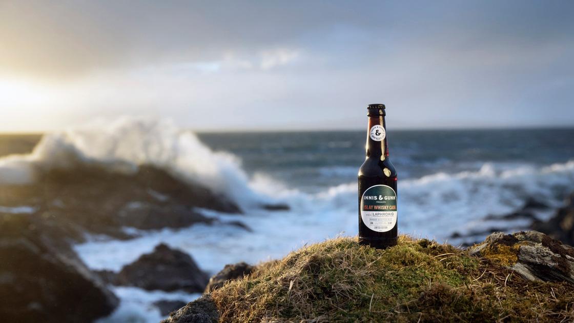 Skotska Innis & Gunn lanserar 'Islay whisky cask' i samarbete med Laphroaig och konstnären Hope Blamire
