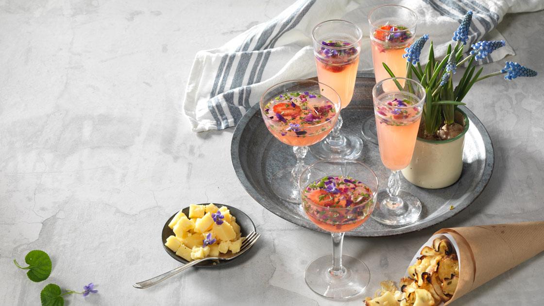 Försommardrink med jordgubbar, rabarber och viol