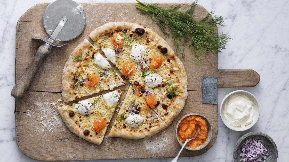 Pizza bianca med Västerbottensost och löjrom