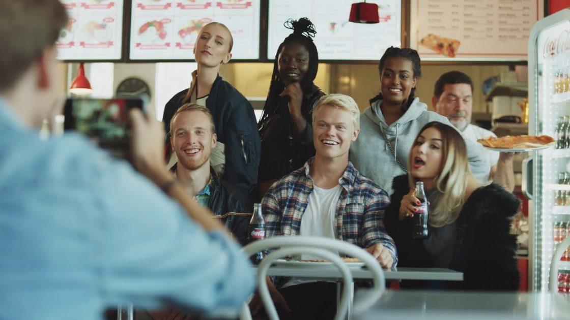 Coca-Cola hyllar gemenskap i sin forsta svenska reklamfilm