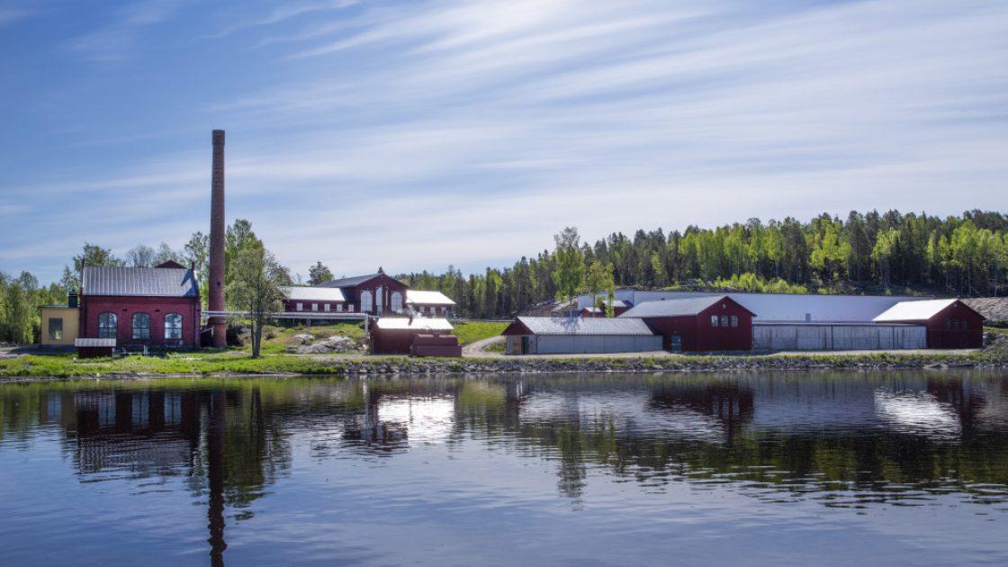 Det vackra High Coast Distillery i norrländska Ådalen, på en udde i älven.