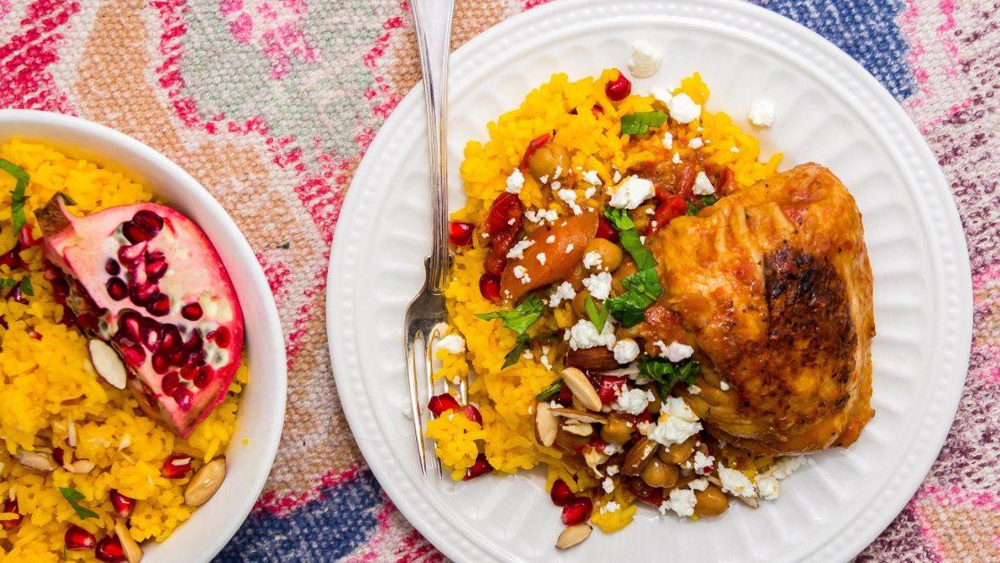 Honung- och harissagryta med kyckling, kikärtor & fetaost + saffransris med mandlar, apelsin & granatäpple