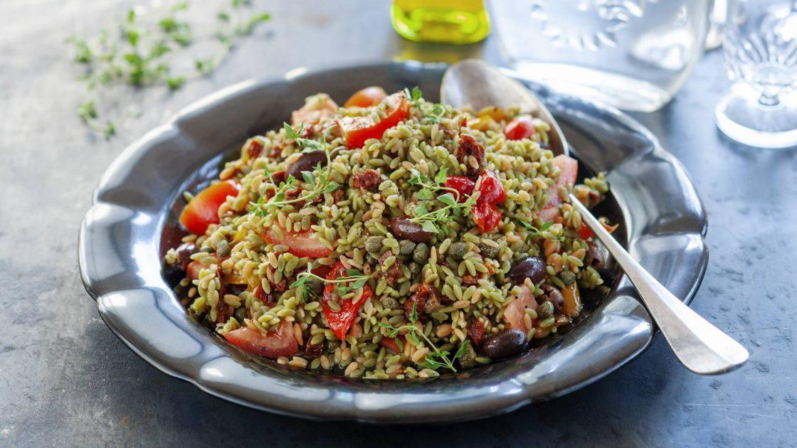 Matig medelhavsallad med ris av baljvaxter