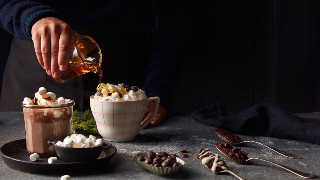 Omfamna hostmorkret med varm choklad, sotsyrlig curd och frasiga vafflor