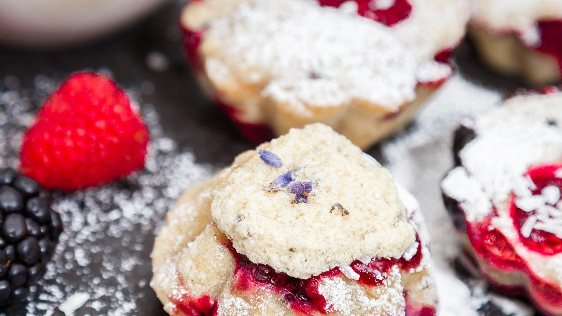 Picknickmuffins med bär & honung- och lavendelsmör