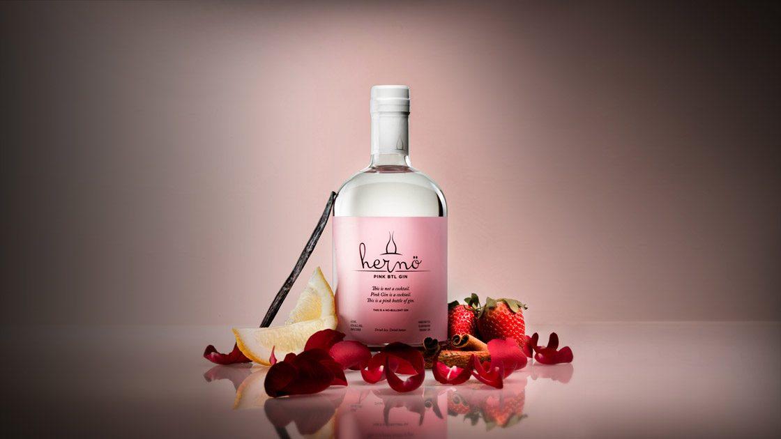Det här är inte en cocktail. Pink Gin är en cocktail. Hernö Gin lanserar en rosa flaska med gin.