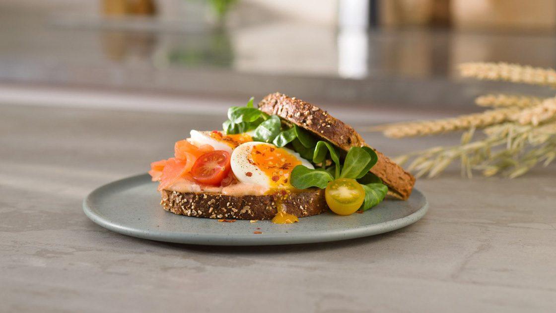 Grön lunchmacka med ägg och lax