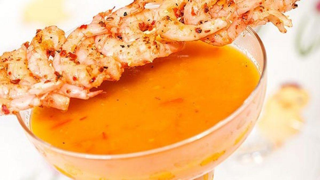 Varm morots- och apelsingazpacho med heta räkspett